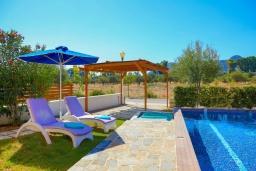 Зона отдыха у бассейна. Греция, Колимбия : Уютная вилла с бассейном и зеленым двориком с барбекю, 3 спальни, 2 ванные комнаты, парковка, Wi-Fi