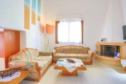 Гостиная. Греция, Колимбия : Уютная вилла с бассейном и зеленым двориком с барбекю, 3 спальни, 2 ванные комнаты, парковка, Wi-Fi