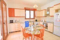 Кухня. Греция, Колимбия : Уютная вилла с бассейном и зеленым двориком с барбекю, 3 спальни, 2 ванные комнаты, парковка, Wi-Fi