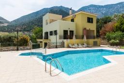 Фасад дома. Греция, Бали : Прекрасная вилла с бассейном и зеленым двориком с барбекю, 2 спальни, 2 ванные комнаты, парковка, Wi-Fi