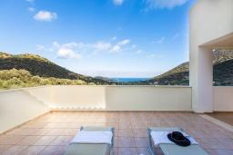 Терраса. Греция, Бали : Прекрасная вилла с бассейном и зеленым двориком с барбекю, 2 спальни, 2 ванные комнаты, парковка, Wi-Fi