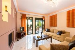 Гостиная. Греция, Бали : Прекрасная вилла с бассейном и зеленым двориком с барбекю, 2 спальни, 2 ванные комнаты, парковка, Wi-Fi