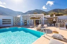 Фасад дома. Греция, Бали : Современная вилла с бассейном и двориком с барбекю, 2 спальни, 2 ванные комнаты, парковка, Wi-Fi
