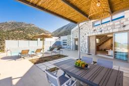 Обеденная зона. Греция, Бали : Современная вилла с бассейном и двориком с барбекю, 2 спальни, 2 ванные комнаты, парковка, Wi-Fi