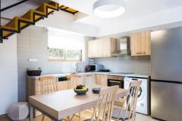 Кухня. Греция, Бали : Современная вилла с бассейном и двориком с барбекю, 2 спальни, 2 ванные комнаты, парковка, Wi-Fi
