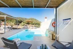 Бассейн. Греция, Бали : Современная вилла с бассейном и двориком с барбекю, 2 спальни, 2 ванные комнаты, парковка, Wi-Fi