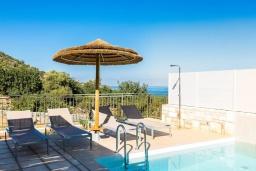 Зона отдыха у бассейна. Греция, Бали : Современная вилла с бассейном и двориком с барбекю, 2 спальни, 2 ванные комнаты, парковка, Wi-Fi