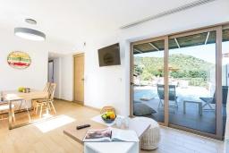 Гостиная. Греция, Бали : Современная вилла с бассейном и двориком с барбекю, 2 спальни, 2 ванные комнаты, парковка, Wi-Fi