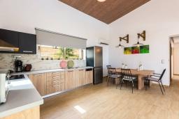 Кухня. Греция, Бали : Роскошная вилла с бассейном и двориком с барбекю, 4 спальни, 3 ванные комнаты, парковка, Wi-Fi