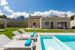 Фасад дома. Греция, Бали : Роскошная вилла с бассейном, джакузи, двориком с газоном и барбекю, 2 спальни, парковка, Wi-Fi