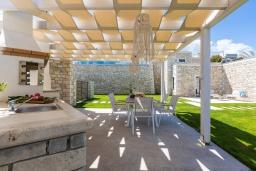 Обеденная зона. Греция, Бали : Роскошная вилла с бассейном, джакузи, двориком с газоном и барбекю, 2 спальни, парковка, Wi-Fi