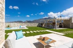 Патио. Греция, Бали : Роскошная вилла с бассейном, джакузи, двориком с газоном и барбекю, 2 спальни, парковка, Wi-Fi