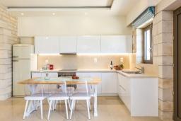 Кухня. Греция, Бали : Роскошная вилла с бассейном, джакузи, двориком с газоном и барбекю, 2 спальни, парковка, Wi-Fi