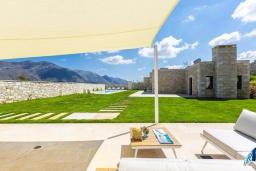 Территория. Греция, Бали : Роскошная вилла с бассейном, джакузи, двориком с газоном и барбекю, 2 спальни, парковка, Wi-Fi