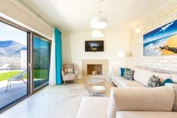 Гостиная. Греция, Бали : Роскошная вилла с бассейном, джакузи, двориком с газоном и барбекю, 2 спальни, парковка, Wi-Fi