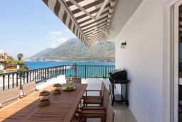 Обеденная зона. Греция, Бали : Пляжный дом с барбекю и шикарным видом на море, 4 спальни, 2 ванные комнаты, Wi-Fi
