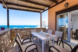 Терраса. Греция, Панормо : Прекрасная вилла возле пляжа в комплексе с бассейном и зеленой лужайкой, 3 спальни, парковка, Wi-Fi