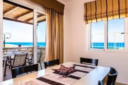 Обеденная зона. Греция, Панормо : Прекрасная вилла возле пляжа в комплексе с бассейном и зеленой лужайкой, 3 спальни, парковка, Wi-Fi
