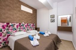 Спальня 3. Греция, Панормо : Прекрасная вилла возле пляжа в комплексе с бассейном и зеленой лужайкой, 3 спальни, парковка, Wi-Fi