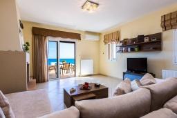 Гостиная. Греция, Панормо : Прекрасная вилла возле пляжа в комплексе с бассейном и зеленой лужайкой, 3 спальни, парковка, Wi-Fi