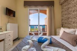 Спальня. Греция, Панормо : Прекрасная вилла возле пляжа в комплексе с бассейном и зеленой лужайкой, 3 спальни, парковка, Wi-Fi