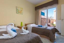 Спальня 2. Греция, Панормо : Прекрасная вилла возле пляжа в комплексе с бассейном и зеленой лужайкой, 3 спальни, парковка, Wi-Fi