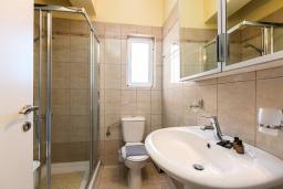 Ванная комната. Греция, Панормо : Прекрасная вилла возле пляжа в комплексе с бассейном и зеленой лужайкой, 3 спальни, парковка, Wi-Fi