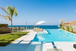 Бассейн. Греция, Скалета : Роскошная пляжная вилла с большим бассейном, джакузи и шикарным видом на море, 5 спален, 4 ванные комнаты, барбекю, парковка, Wi-Fi