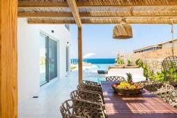 Обеденная зона. Греция, Скалета : Роскошная пляжная вилла с большим бассейном, джакузи и шикарным видом на море, 5 спален, 4 ванные комнаты, барбекю, парковка, Wi-Fi
