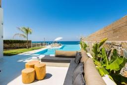 Патио. Греция, Скалета : Роскошная пляжная вилла с большим бассейном, джакузи и шикарным видом на море, 5 спален, 4 ванные комнаты, барбекю, парковка, Wi-Fi