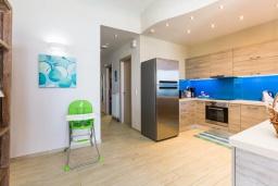 Кухня. Греция, Ретимно : Современная пляжная вилла с с потрясающим видом на Эгейское море, с 3 спальнями, с бассейном, тенистой террасой с патио, lounge-зоной и каменным барбекю
