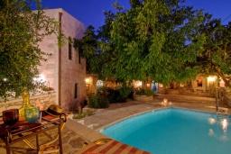 Фасад дома. Греция, Бали : Уютный дом с бассейном и зеленым двориком с барбекю, 3 спальни, 3 ванные комнаты, парковка, Wi-Fi