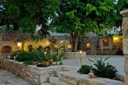 Территория. Греция, Бали : Уютный дом с бассейном и зеленым двориком с барбекю, 3 спальни, 3 ванные комнаты, парковка, Wi-Fi