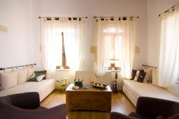 Гостиная. Греция, Бали : Уютный дом с бассейном и зеленым двориком с барбекю, 3 спальни, 3 ванные комнаты, парковка, Wi-Fi