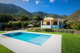 Фасад дома. Греция, Бали : Прекрасная вилла с бассейном и зеленым двориком с барбекю, гостиная, отдельная спальня, парковка, Wi-Fi