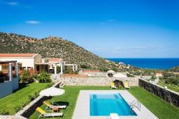 Бассейн. Греция, Бали : Прекрасная вилла с бассейном и зеленым двориком с барбекю, гостиная, отдельная спальня, парковка, Wi-Fi
