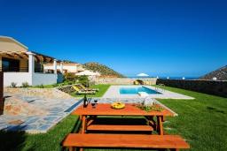 Территория. Греция, Бали : Прекрасная вилла с бассейном и зеленым двориком с барбекю, гостиная, отдельная спальня, парковка, Wi-Fi