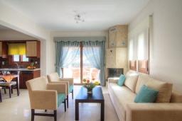 Гостиная. Греция, Бали : Прекрасная вилла с бассейном и зеленым двориком с барбекю, гостиная, отдельная спальня, парковка, Wi-Fi