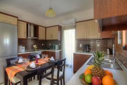 Кухня. Греция, Бали : Прекрасная вилла с бассейном и зеленым двориком с барбекю, гостиная, отдельная спальня, парковка, Wi-Fi