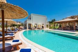 Фасад дома. Греция, Панормо : Роскошная вилла с большим бассейном джакузи и зеленым двориком с барбекю, 9 спален, 9 ванных комнат, парковка, Wi-Fi
