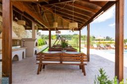 Обеденная зона. Греция, Панормо : Роскошная вилла с большим бассейном джакузи и зеленым двориком с барбекю, 9 спален, 9 ванных комнат, парковка, Wi-Fi