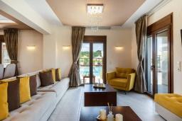 Гостиная. Греция, Панормо : Роскошная вилла с большим бассейном джакузи и зеленым двориком с барбекю, 9 спален, 9 ванных комнат, парковка, Wi-Fi