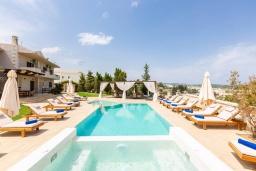 Бассейн. Греция, Панормо : Роскошная вилла с большим бассейном джакузи и зеленым двориком с барбекю, 8 спален, 8 ванных комнат, парковка, Wi-Fi
