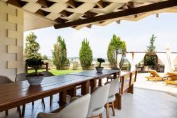 Обеденная зона. Греция, Панормо : Роскошная вилла с большим бассейном джакузи и зеленым двориком с барбекю, 8 спален, 8 ванных комнат, парковка, Wi-Fi