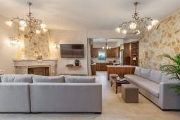 Гостиная. Греция, Панормо : Роскошная вилла с большим бассейном джакузи и зеленым двориком с барбекю, 8 спален, 8 ванных комнат, парковка, Wi-Fi