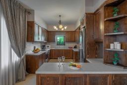 Кухня. Греция, Панормо : Роскошная вилла с большим бассейном джакузи и зеленым двориком с барбекю, 8 спален, 8 ванных комнат, парковка, Wi-Fi