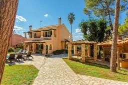 Фасад дома. Греция, Керкира : Роскошная вилла в 90 метрах от пляжа с бассейном и зеленым двориком с барбекю, 4 спальни, 3 ванные комнаты, парковка, Wi-Fi