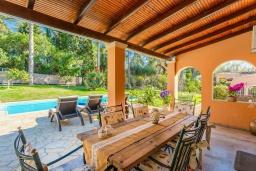 Обеденная зона. Греция, Керкира : Роскошная вилла в 90 метрах от пляжа с бассейном и зеленым двориком с барбекю, 4 спальни, 3 ванные комнаты, парковка, Wi-Fi