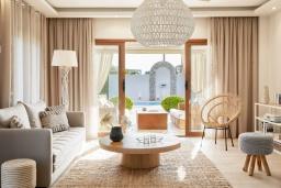 Гостиная. Греция, Керкира : Роскошная вилла с бассейном, джакузи и зеленым двориком с барбекю, 2 спальни, 2 ванные комнаты, парковка, Wi-Fi