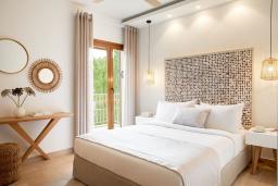 Спальня. Греция, Керкира : Роскошная вилла с бассейном, джакузи и зеленым двориком с барбекю, 2 спальни, 2 ванные комнаты, парковка, Wi-Fi